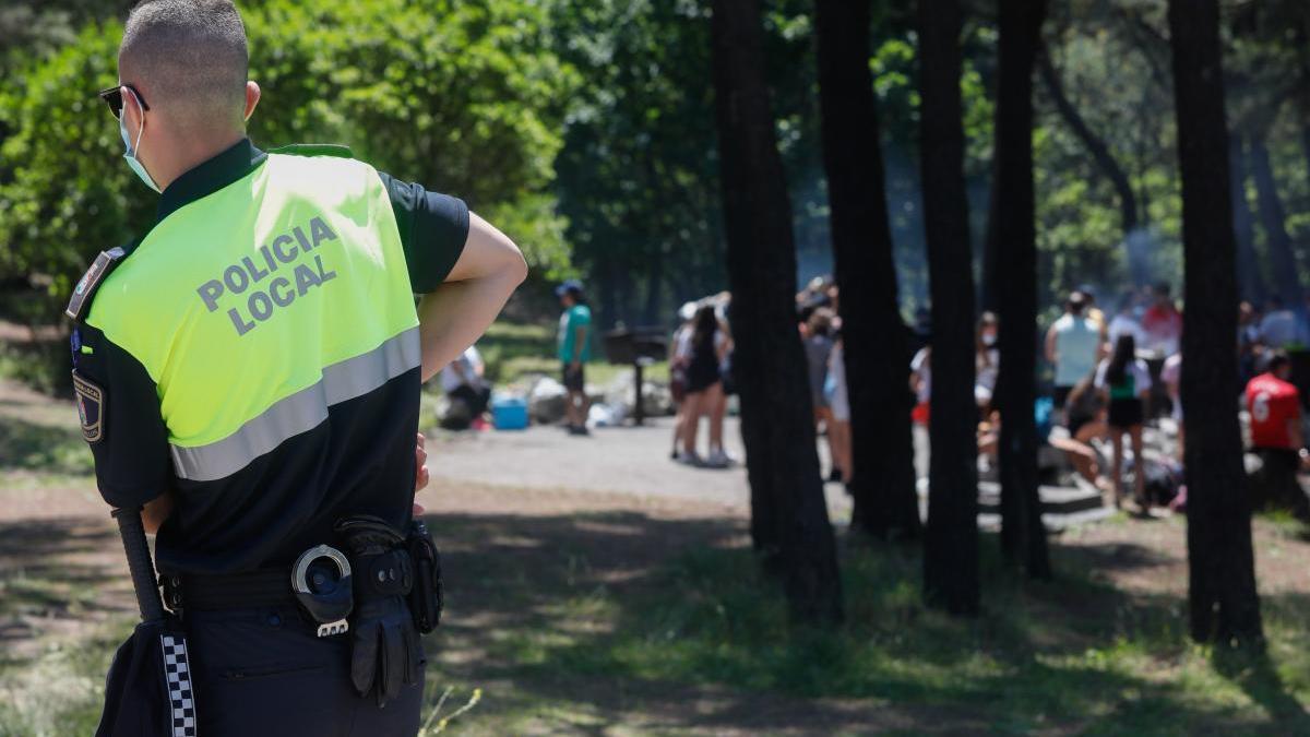 Un policía local vigila un botellón, en las últimas semanas // FdV