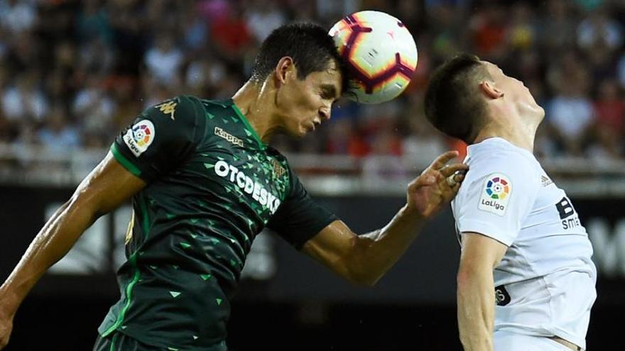 Valencia y Betis igualan en un choque intenso, pero con pocas ocasiones
