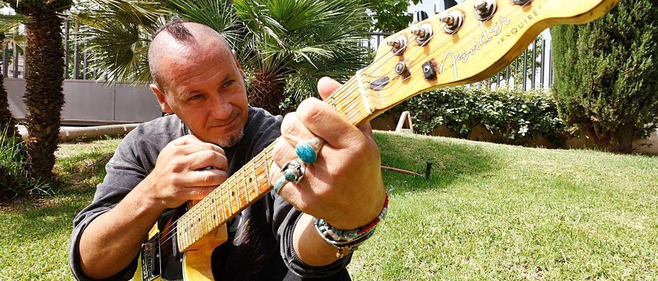 Daniel García con su guitarra Fender Esquire, reproducción de la de Bruce Springsteen.