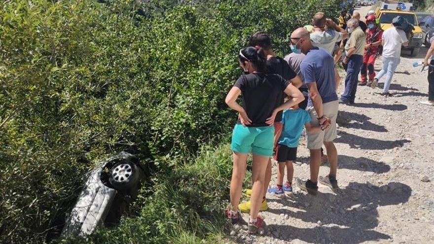 """La """"verbena"""" de turistas en la zona del Urriellu acaba con un coche en un terraplén"""