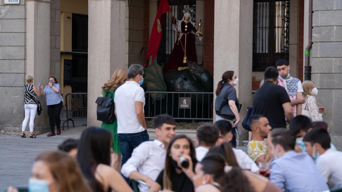 La Tarasca, en los soportales del Ayuntamiento de Zamora.