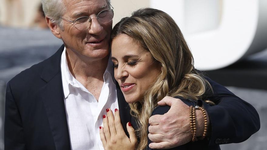 Richard Gere y Alejandra Silva, de vacaciones en Oleiros