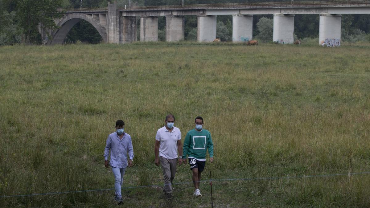 Alejandro del Busto, Adolfo Marcos y Nacho del Busto, paseando ayer por un vacío prau Salcéu.