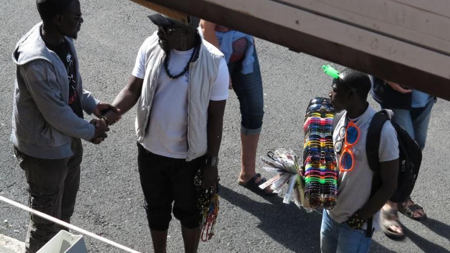 Vier fliegende Händler nach Übergriff auf Polizisten festgenommen