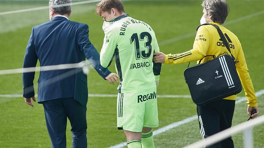 La lenta recuperación de Rubén hace replantearse al Celta si fichar un portero