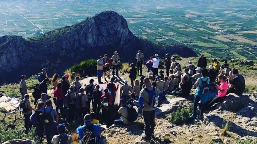 Cien senderistas suben a Segària para conmemorar el Día de las Montañas