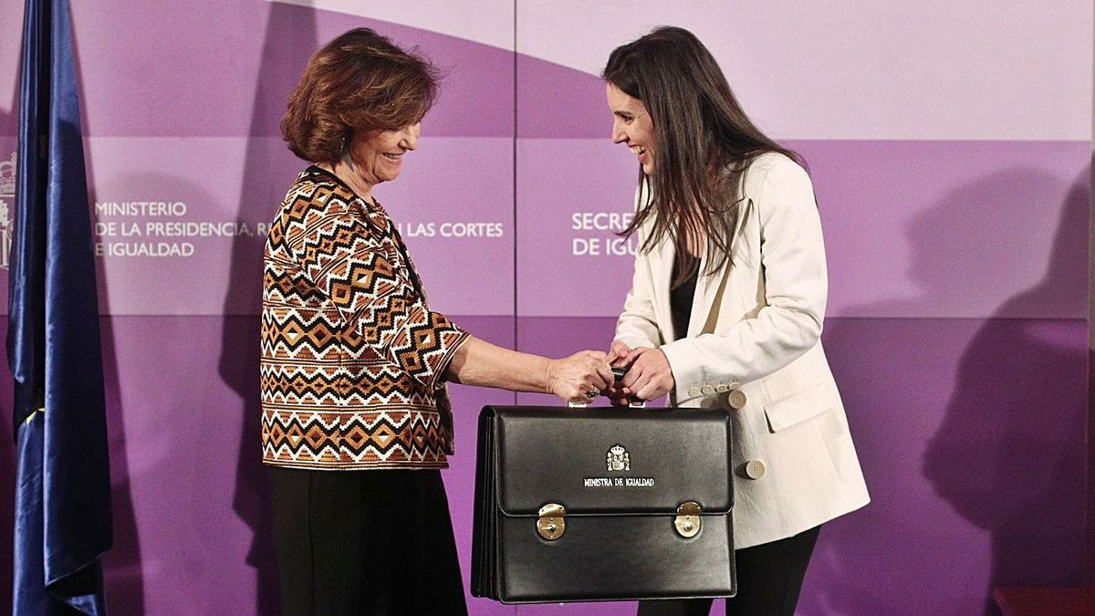 Carmen Calvo, a la izquierda, e Irene Montero.   Efe