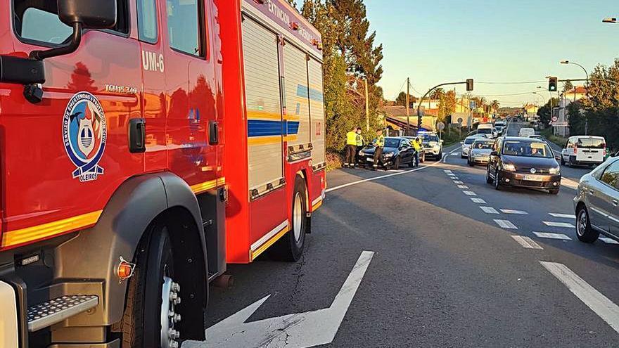 Un accidente con tres vehículos implicados causa retenciones en la Nacional 6 a su paso por O Carballo