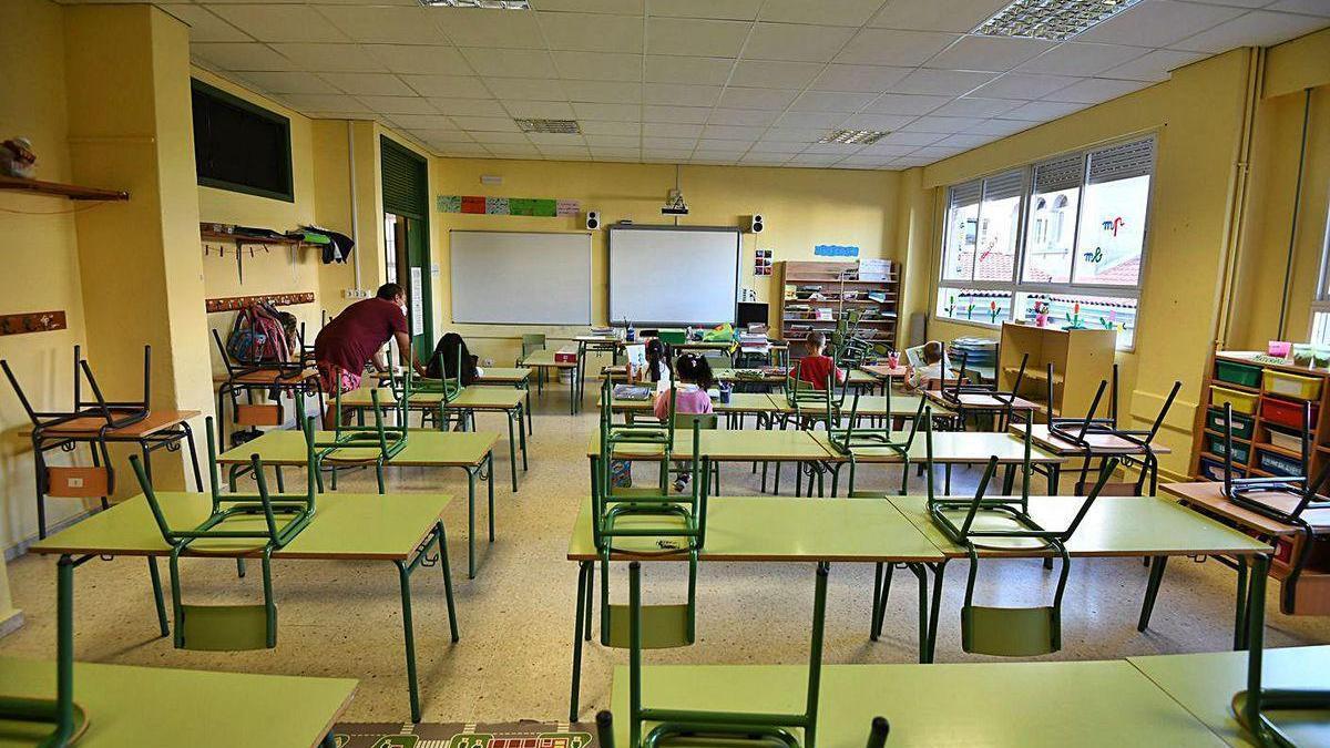 Un profesor con sus alumnos en una de las aulas del CEIP de Barcelos.