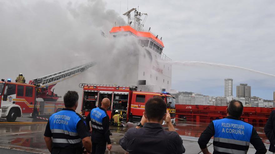 Dos afectados por inhalación de humo en el incendio del buque 'Ura' atracado en el Puerto