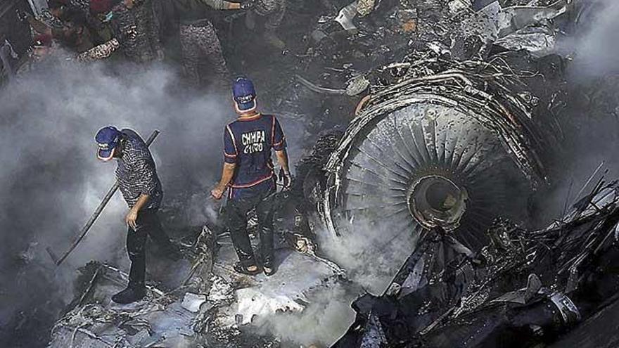 Decenas de muertos al estrellarse un avión con 99 personas en Pakistán