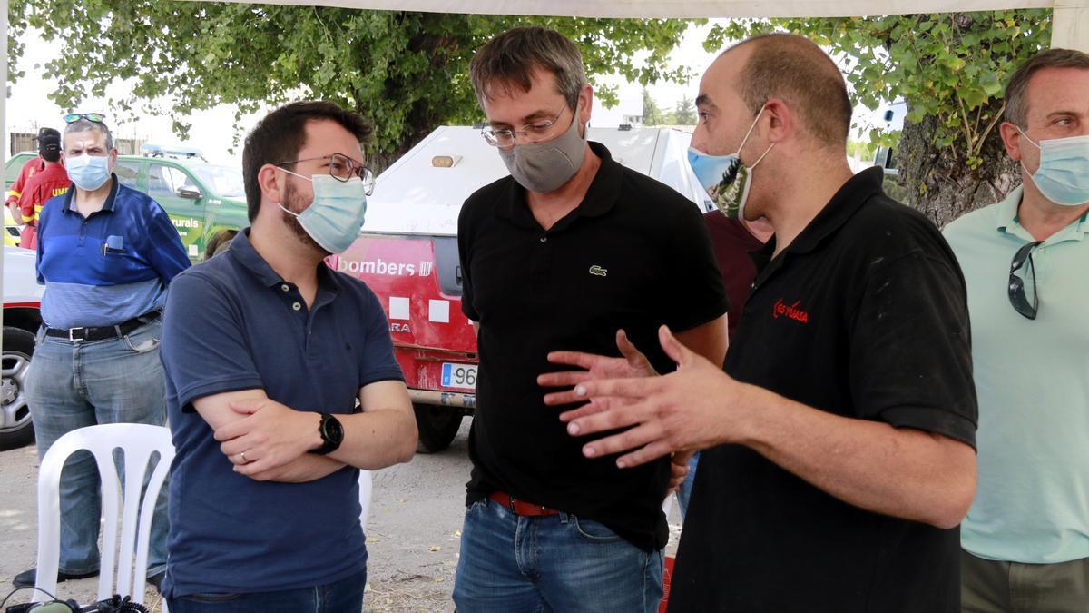 Pla obert del president Pere Aragonès conversant amb els alcaldes de Sant Martí de Tous i de Bellprat al centre de comandament dels bombers a Santa Coloma de Queralt, el 25 de juliol de 2021. (Horitzontal)