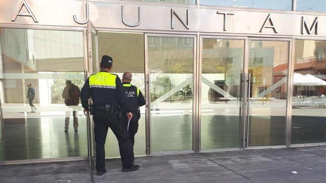 Dos agentes acceden al Ayuntamiento de San Vicente del Raspeig.