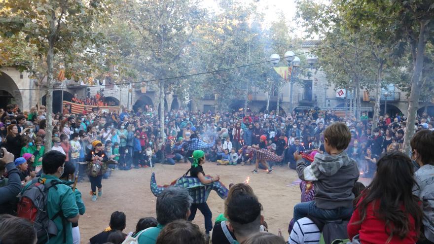 La cultura popular deixa enrere les restriccions i centenars de persones participen a la cercavila de Banyoles
