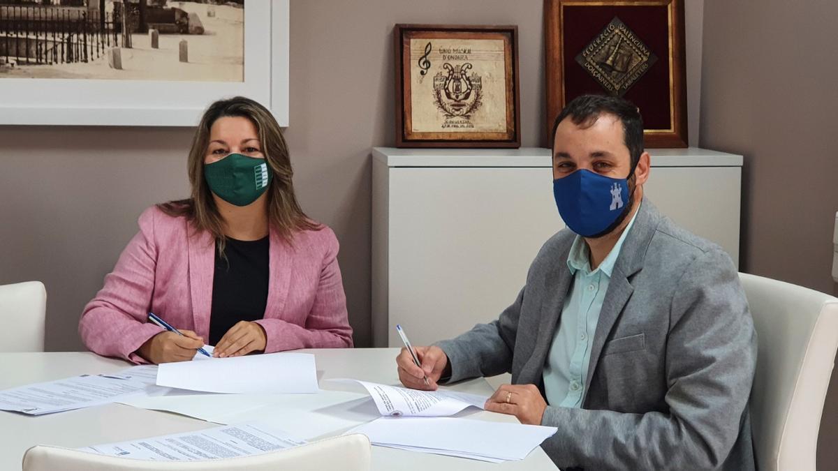 La directora de la UNED de Dénia y el alcalde firman el convenio