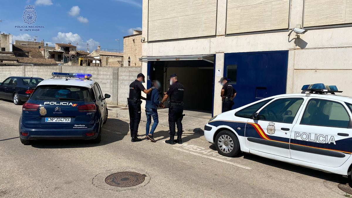 Varios policías trasladan al detenido a comisaría