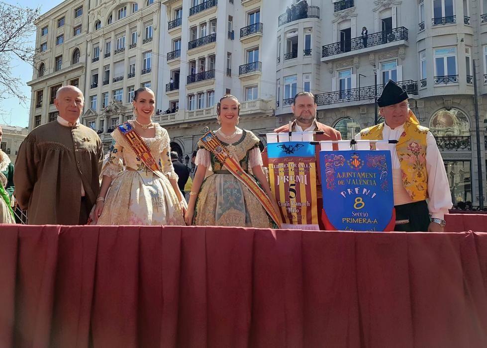 Recogiendo el premio. Raquel y Rocío protagonizarán meses después la ley de sucesión.