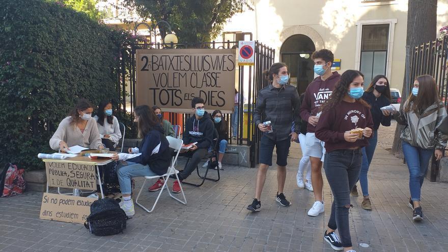 Los alumnos de 2º de Bachillerato del Lluis Vives protestan porque solo reciben la mitad de la docencia