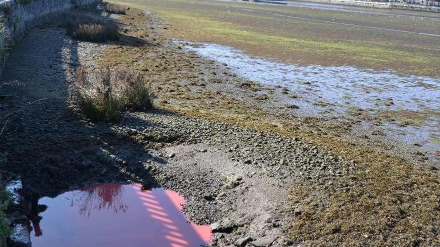 Un vertido de obras llega a la ría de O Burgo