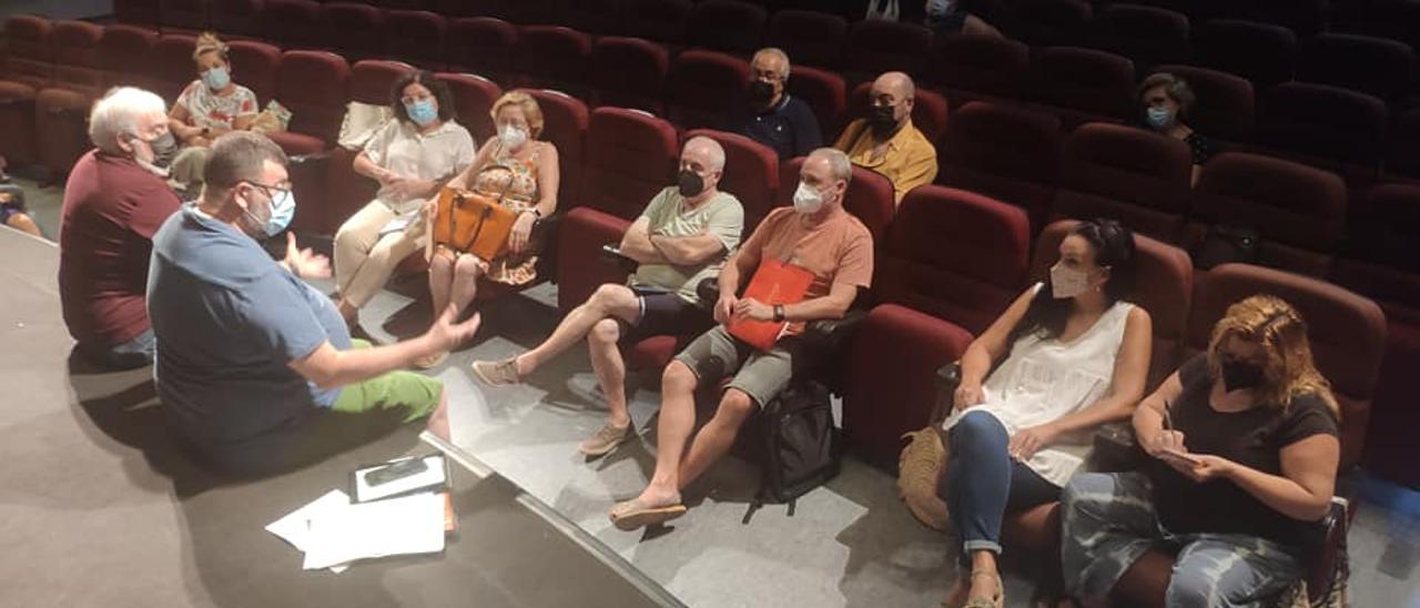 Reunión entre representantes de los Moros y Cristianos y del ayuntamiento.