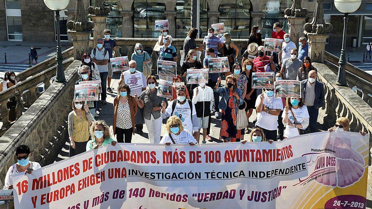 Concentración de víctimas del Alvia en Santiago por el séptimo aniversario del siniestro.