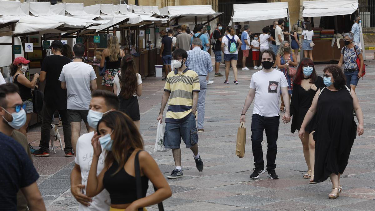 Asistentes al Mercado Artesano de la Catedral, en el verano de 2020