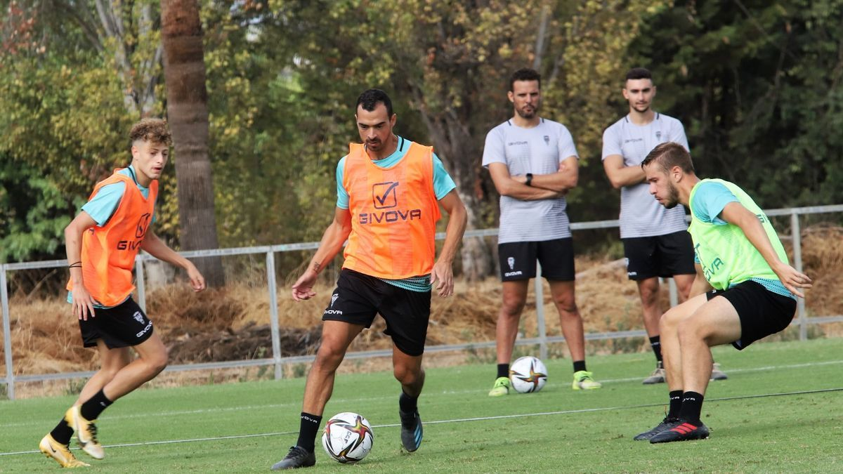 De las Cuevas controla el balón durante el entrenamiento del Córdoba CF, este miércoles, en la Ciudad Deportiva.