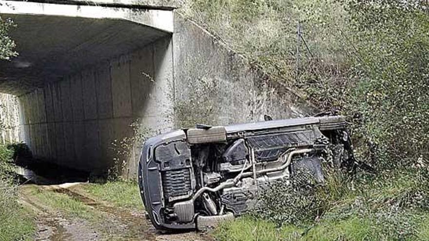 Evacuado al hospital el conductor de un coche tras salirse de la vía en Aranga