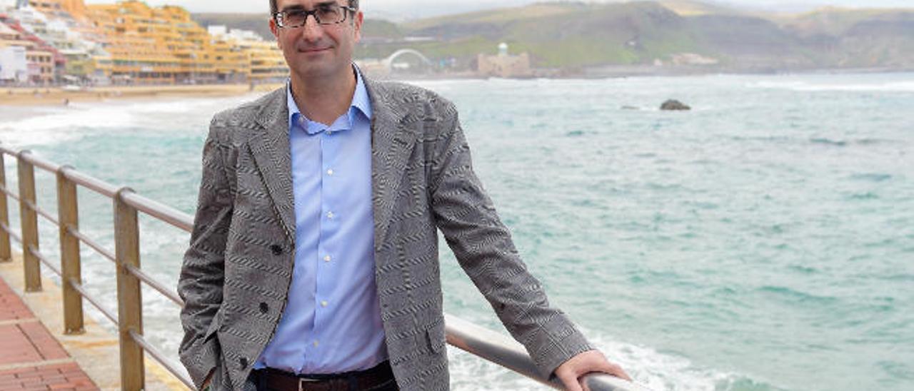 El eurodiputado Jordi Sebastià, ayer en el paseo de Las Canteras.