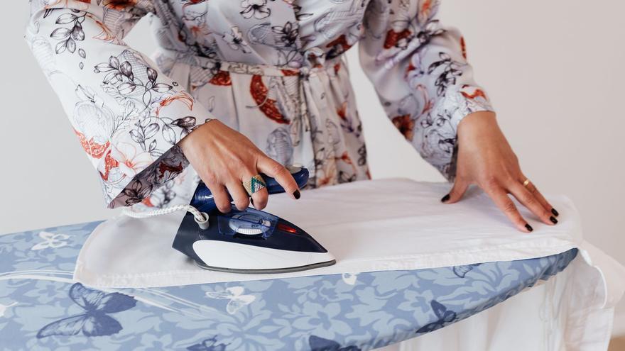 Así es como debes colgar la ropa para no plancharla según los expertos