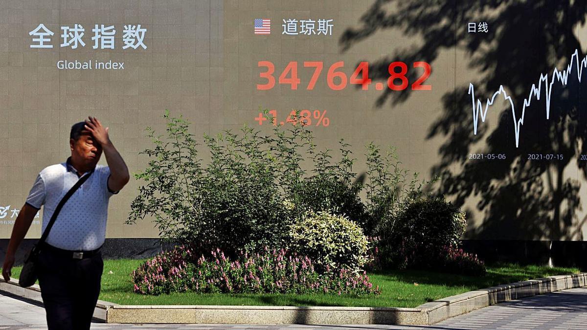 Exterior de la Bolsa de Shanghái, ayer.     // ALY SONG