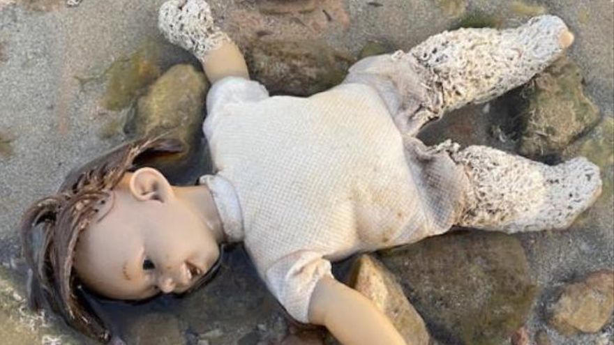La 'muñeca diabólica' cubierta de gusanos que apareció en el Mar Menor