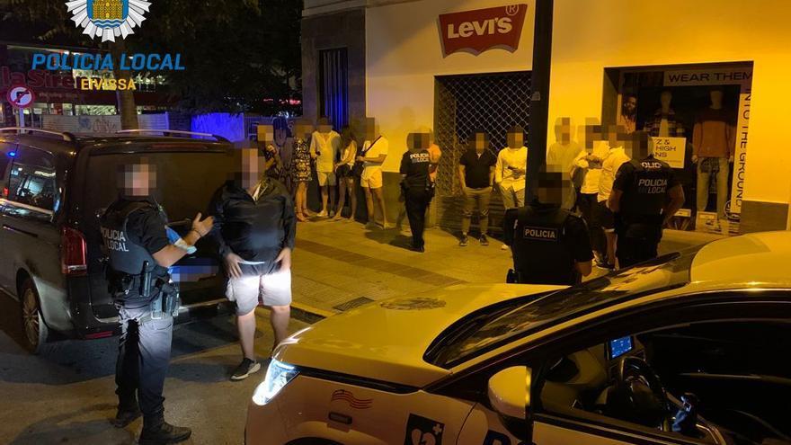 Denunciados dos taxistas piratas en Ibiza