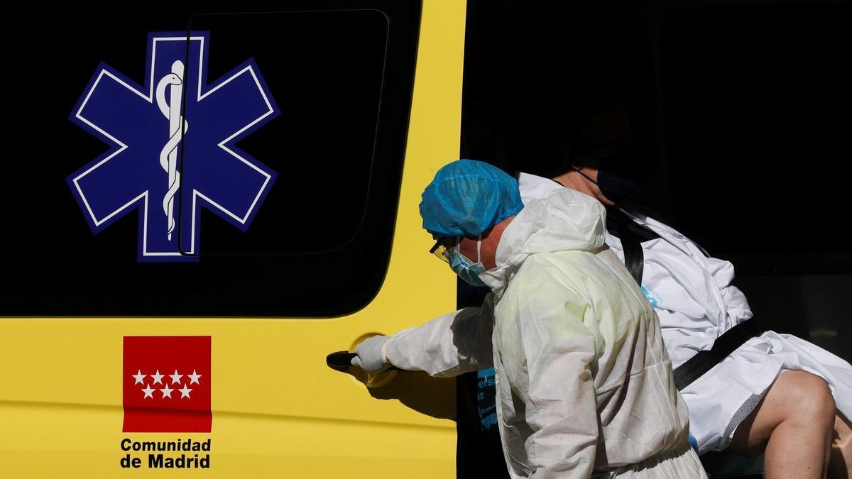Un sanitario traslada a un enfermo de coronavirus en Madrid.
