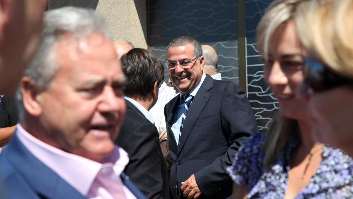 Luis Díaz Alperi habla con Sonia Castedo, en primer término, ante la mirada de Enrique Ortiz, al fondo.
