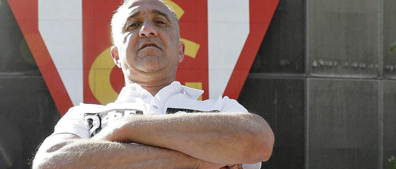 Juanele, ante el escudo del Sporting en El Molinón.
