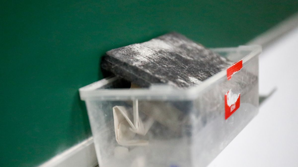 Borrador de pizarra en el interior de un aula