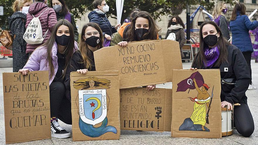 Decenas de mujeres, en la plaza Pontevedra para reivindicar más recursos