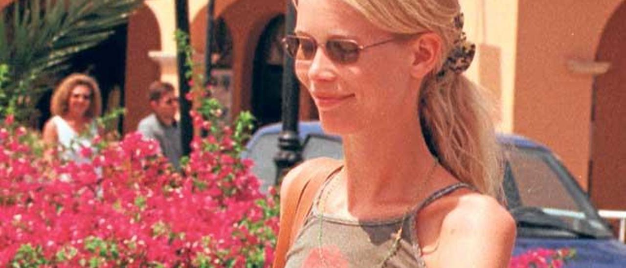 La modelo alemana Claudia Schiffer pasea por Puerto Portals durante uno de sus veranos en la isla.