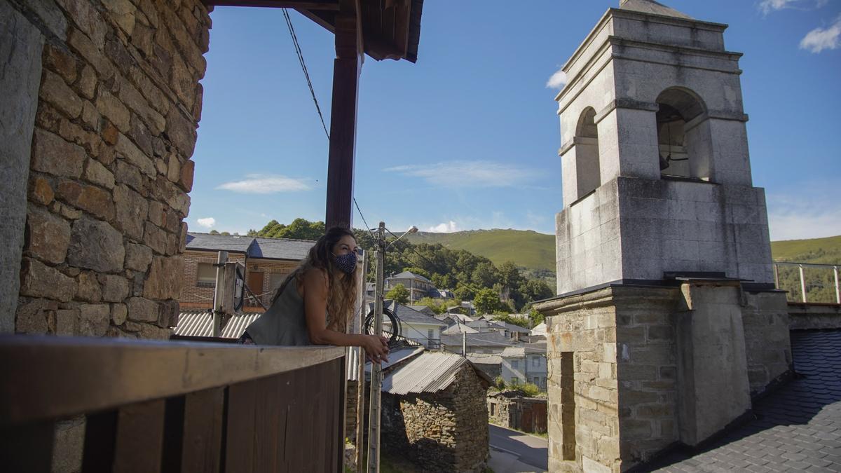Mar Cabo contempla los paisajes de San Ciprián desde un balcón de una construcción típica sanabresa.