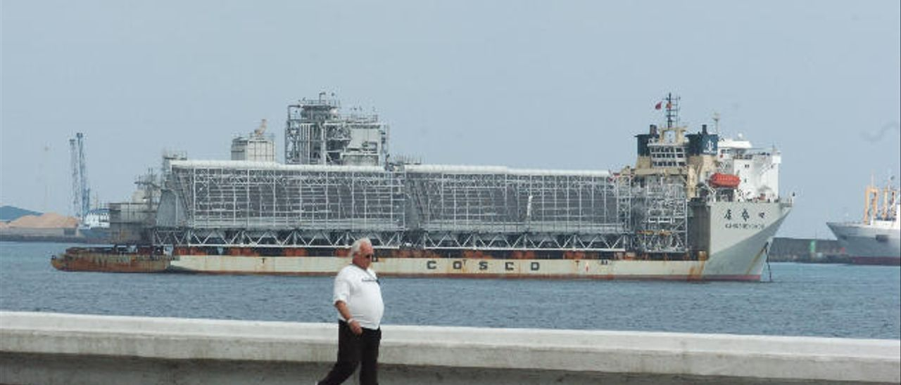 Uno de los barcos de la naviera china Chosco, fondeado en la bahía de Las Palmas de Gran Canaria en 2009.