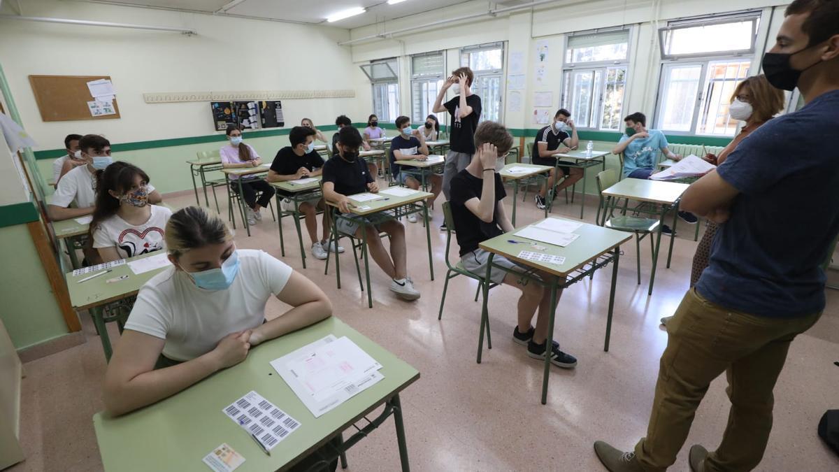 Varios alumnos del instituto Elaios, en el Actur, instantes antes de realizar la Evau, este martes.