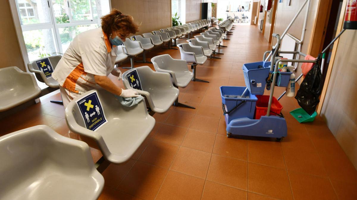 Limpieza en el centro de salud de Baltar tras detectarse un positivo. // G. Santos