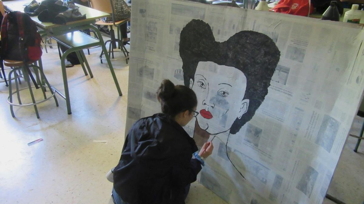Una alumna, en una clase de artes