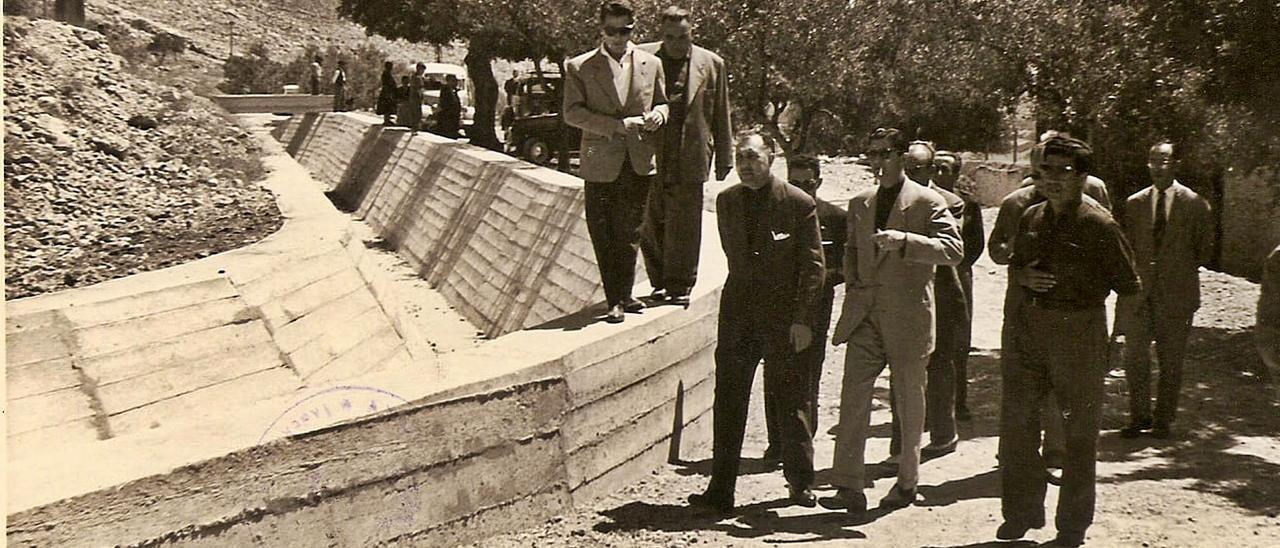 Inauguración del muro de  defensa de Tavernes, el 18 de julio de 1955, bajo la alcaldía  de Amado Vila y con la  presencia del gobernador civil, Jesús Posada. foto: valentín martín rodríguez.
