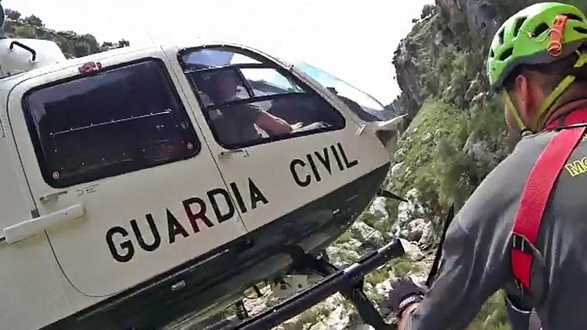 El helicóptero de la Guardia Civil, durante el rescate de los excursionistas.   GUARDIA CIVIL