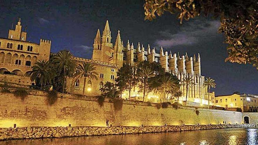 La Catedral y la Almudaina se suman al apagado mundial de luces por la Hora del Planeta