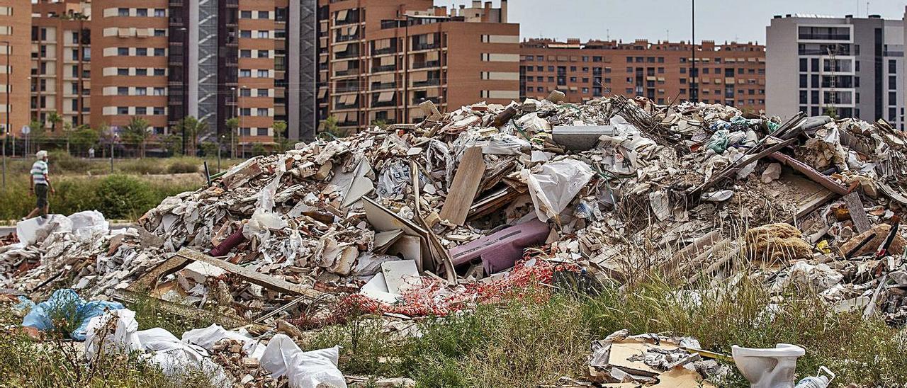 Imagen de una escombrera que se sitúa cerca de un colegio y frente al PAU 1 de Alicante.   ALEX DOMÍNGUEZ