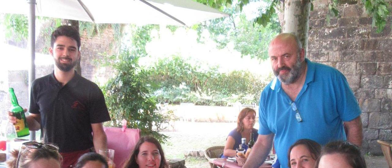 Toni Bulnes, atendiendo una mesa en el mesón El Puente Romano.