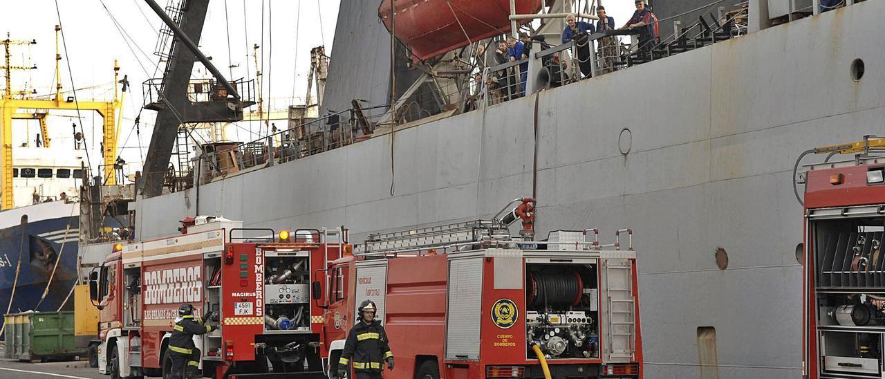 Una dotación de bomberos participa en la extinción de un incendio en un buque en reparación, en una imagen de archivo. | | ANDRÉS CRUZ